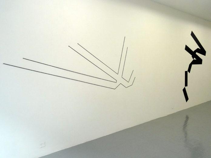 Mehdi Moutashar, Deux angles droits, 2016, fil élastique, 123 x 295 cm et Quatre plis de 20° et 120° et deux angles à 60°(Ḥā΄), 2014, métal peint, 251 x 185 cm