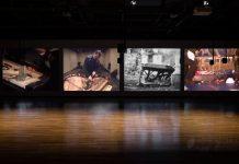 Andrea Büttner, Piano Destructions, 2014, Walter Phillips Gallery, The Banff Centre, Banff, Canada, vue d'installation vidéo, cinq écrans et neuf sources sonores. Photographie : Rita Taylor. Courtesy Walter Phillips Gallery, The Banff Centre, Canada Hollybush Gardens, Londres et David Kordansky Gallery, Los Angeles. © Andrea Büttner / VG Bild-Kunst, Bonn 2016.